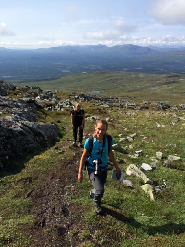 Mia och Maria på väg uppför Ottfjället i torsdags