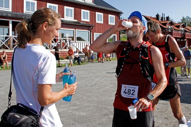 Drickapaus vid Ottsjö fjällby där vi även bodde. Och Mia står redo med två nya flaskor sportdryck.