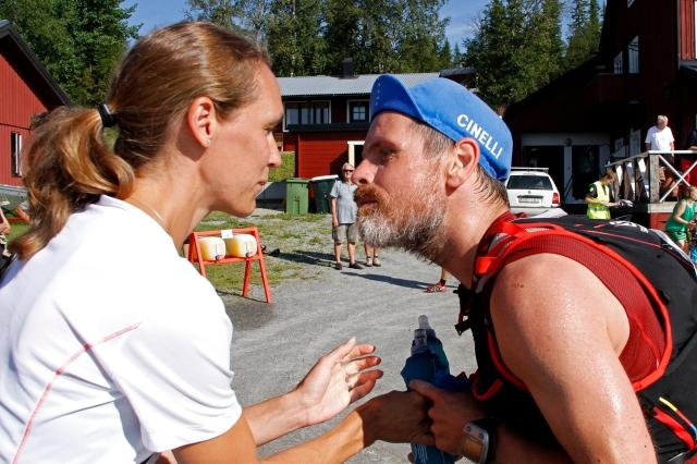 Mia var högst oförberedd på pussen jag gav henne i Ottsjö efter 16  km. Hade själv inte varit jättesugen på dom läpparna då. Men hon tog emot den i alla fall...)