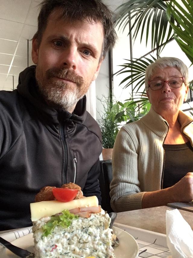 Mor, Chrille och jag med smörgåstårta. Bara morsans egna är godare.